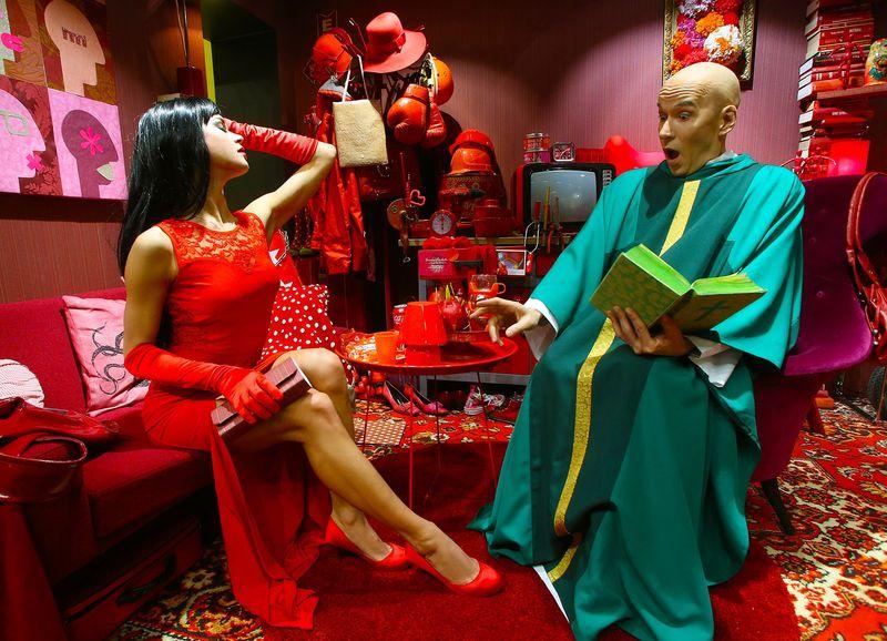 Priester trifft Tapeten-Luder