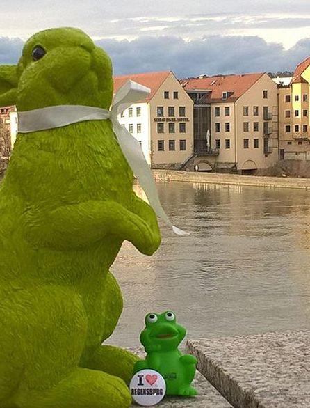 Blick von der Steinernen Brücke auf das Sorat Insel-Hotel Regensburg