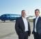 Tui Blue Geschäftsführer Artur Gerber und CFO Jano Martin vor dem Flieger