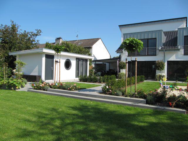Die Gartenhäuser von Blockhaus Westerhoff ergänzen stilistisch perfekt die heutigen Wohnhäuser