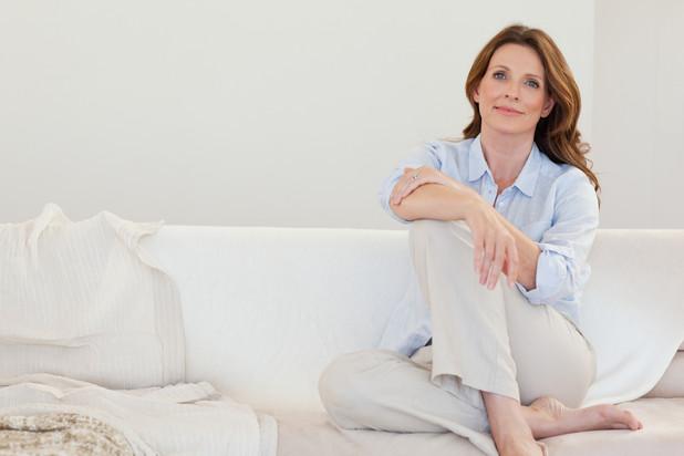 Frauengesundheit heute mature frau sitzt auf sofa
