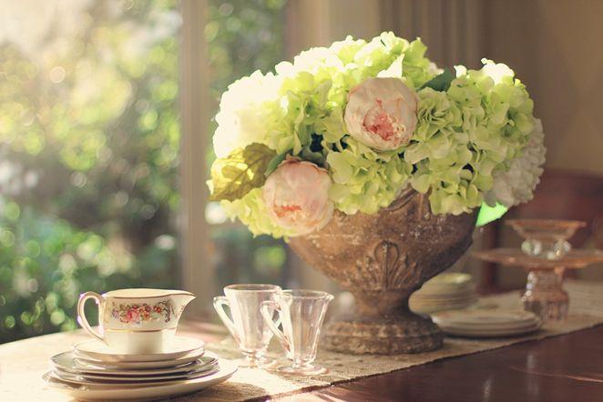Blumen und alte Vasen eignen sich immer als Dekoration