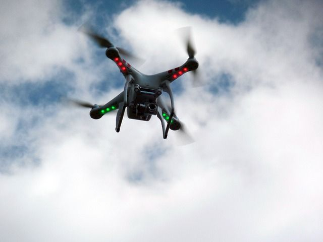 Achtung-Kamera-Drohne-im-Anflug in Verordnung für Drohnen - Klare Regeln zum Betrieb von Drohnen