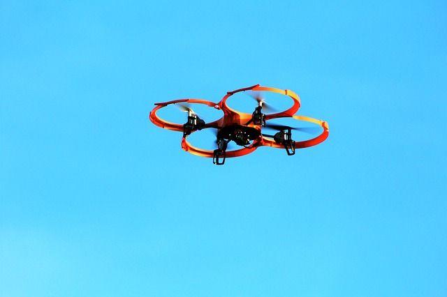 Ein-Quadrokopter-steigt-auf in Verordnung für Drohnen - Klare Regeln zum Betrieb von Drohnen
