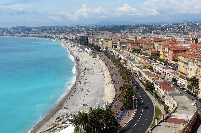 Blick auf Strand und Altstadt von Nizza