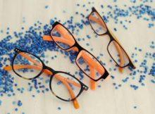 Brillen mit leuchtend orangenen Details sind in diesem Sommer gefragt