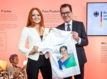 Bundesentwicklungsminister Dr. Gerd Müller wirbt zum Auftakt der Modemesse Panorama Berlin mit Markenbotschafterin Barbara Meier