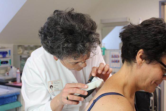 Die Direktorin der Hautklinik, Dr. Dorothee Dill, untersucht eine Patientin