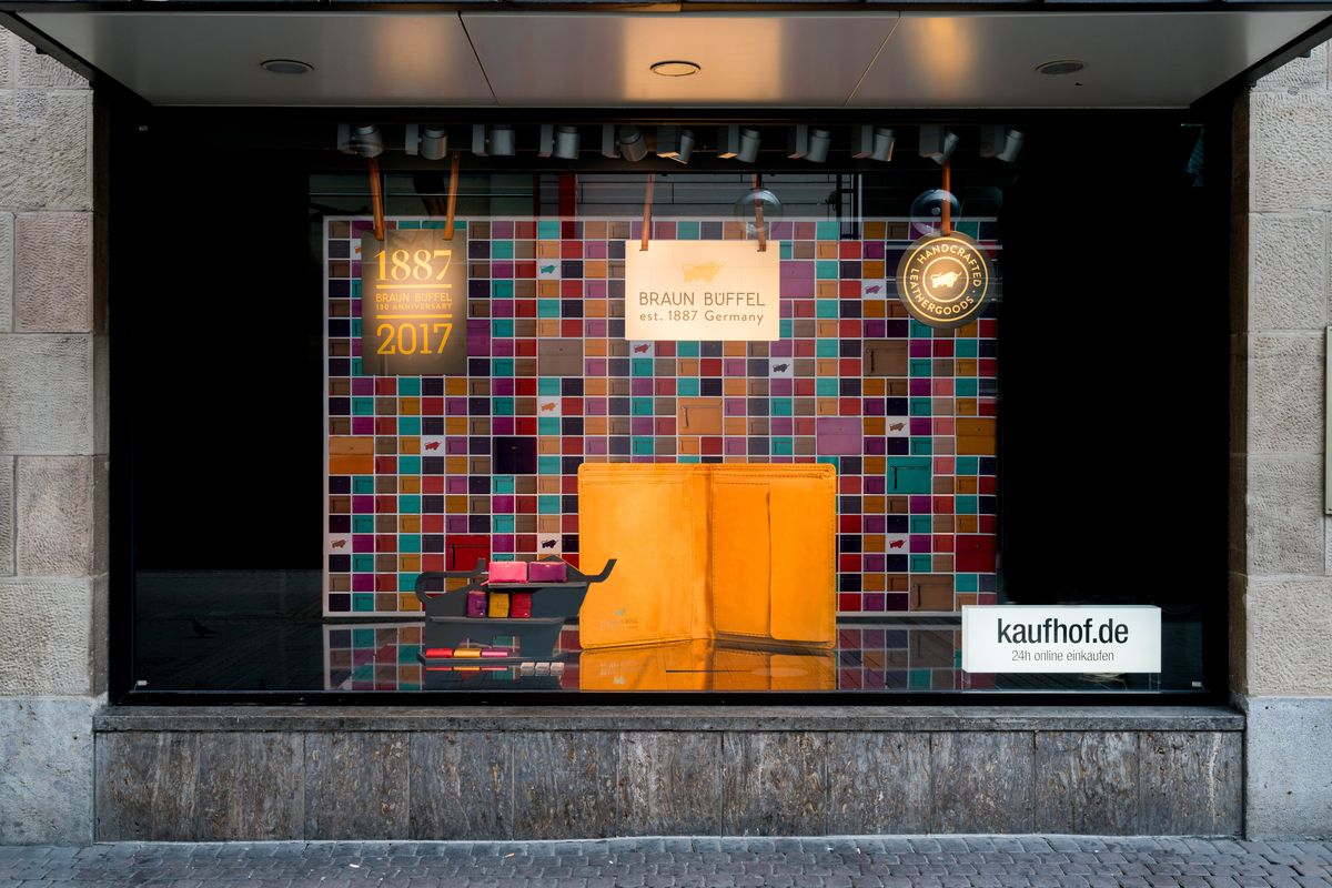 2c3cf9f9-3b9aca00-1-bb Schaufenster 1 Kaufhof Koeln Hohe Strasse in Braun Büffel zeigt Größe