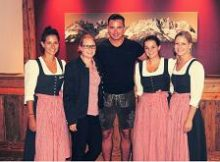 Andreas Gabalier mit Personal des Hotel Kitzhof