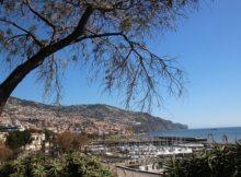 Die Hauptstadt Funchal liegt direkt am Meer