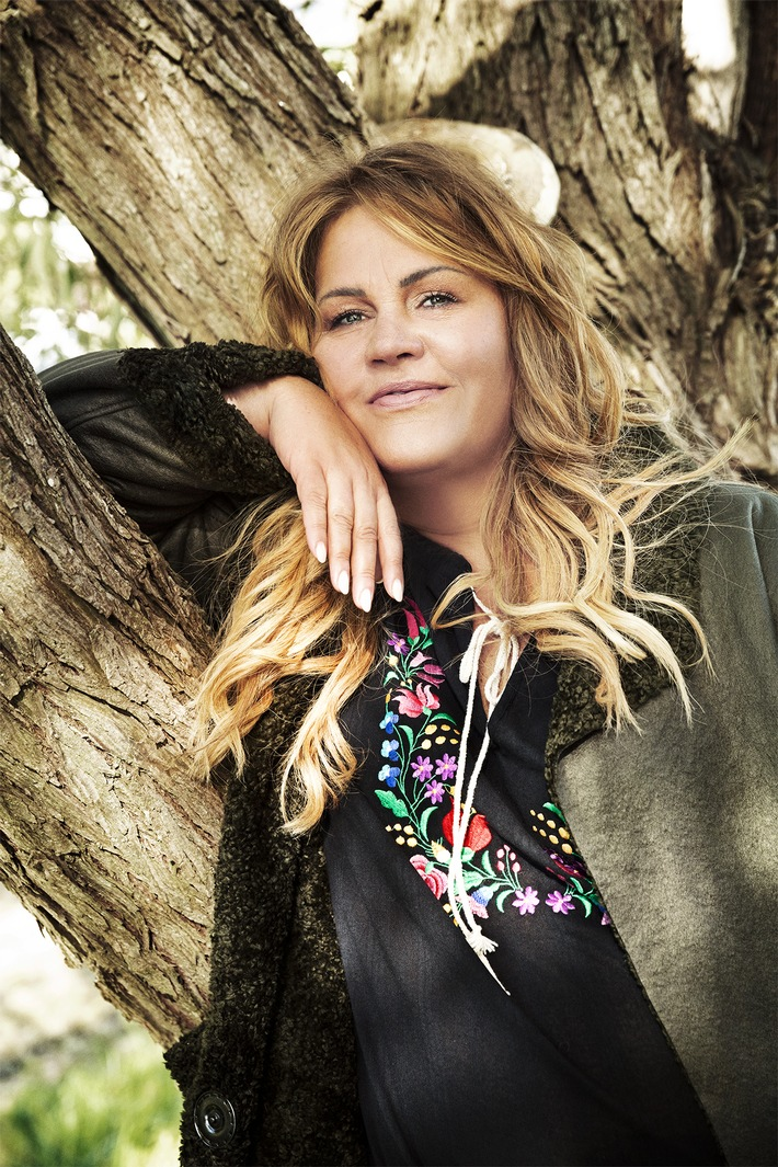 Lka-Bessin-in-Kleidung-ihres-neuen-Modelabels-Bessin in Fashion für starke Frauen von Entertainerin Ilka Bessin