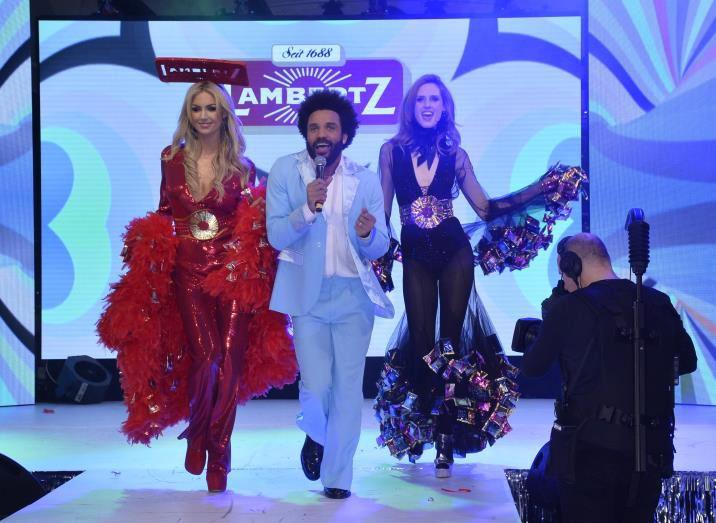 Die Supermodels Rosanna Davison (links) und Wilma Elles (rechts) schwingen vom Diskofieber gekonnt das Tanzbein.