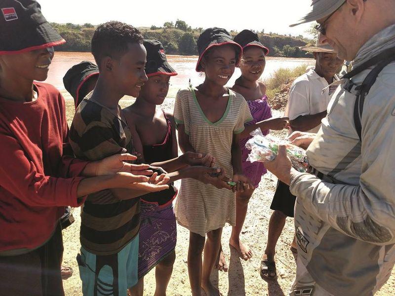 Young Innovations verteilt Zahnbürsten an Kinder in Madagaskar