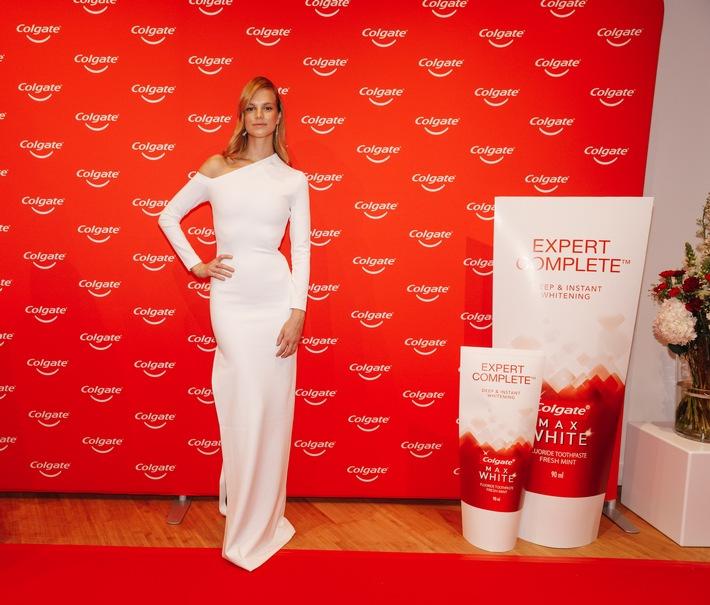 Top-Model Nadine Leopold zeigt ihr strahlend weißes Lächeln