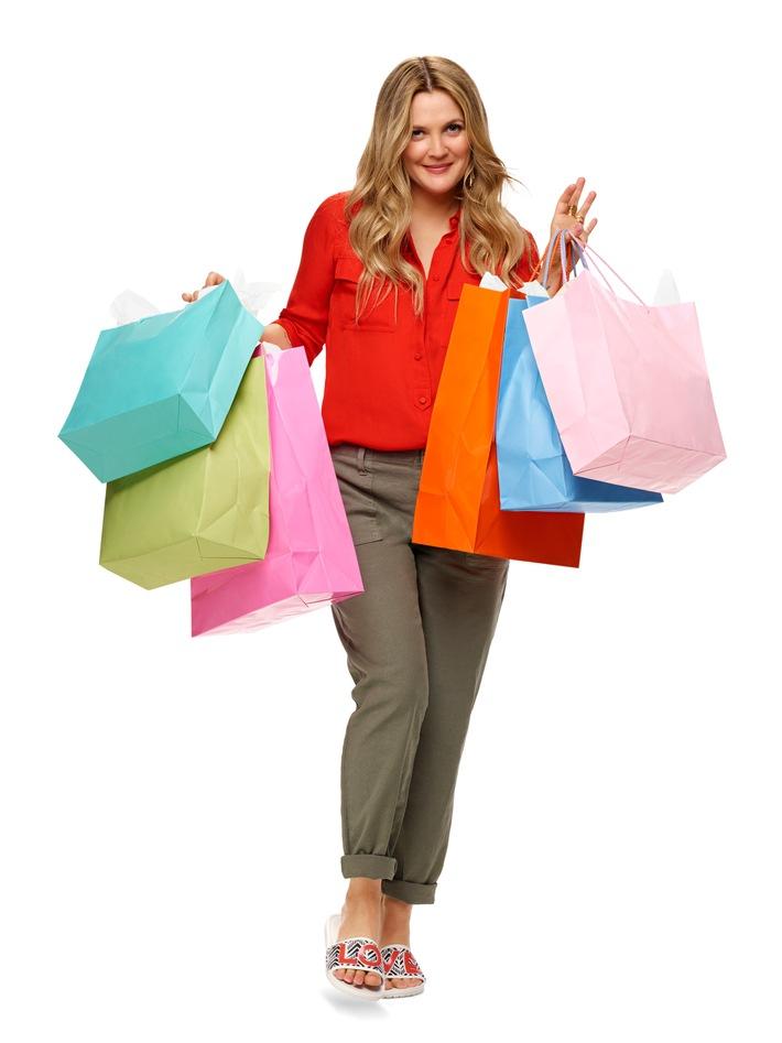 Markenbotschafterin Drew Barrymore trägt die Crocs Sloane Chevron Slides aus ihrer DB loves Crocs Chevron-Kollektion