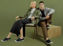 Die Key Pieces reichen vom Premium Baumwoll-T-Shirt über ein Strickkleid aus feinem Merino bis zu einer schlank geschnittenen Stretch-Chino