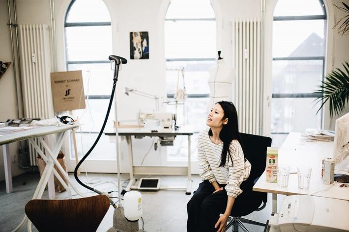 Die Modedesignerin Tutia Schaad in ihrem Atelier