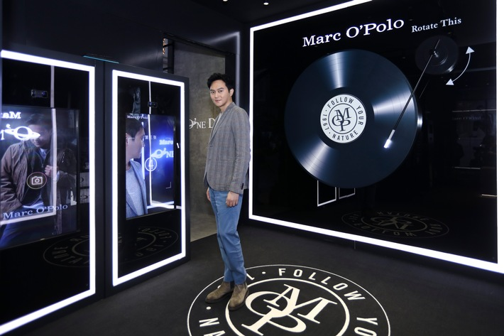 Julian Cheung Chi-lam im MARC O'POLO Pop-up Store der exklusiven Shopping Mall Taikoo Hui