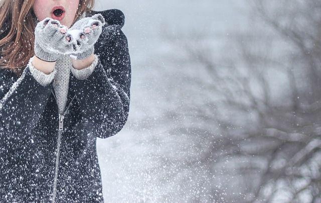 Warme Handschuhe und schöne Schals in den Trendfarben des Winters