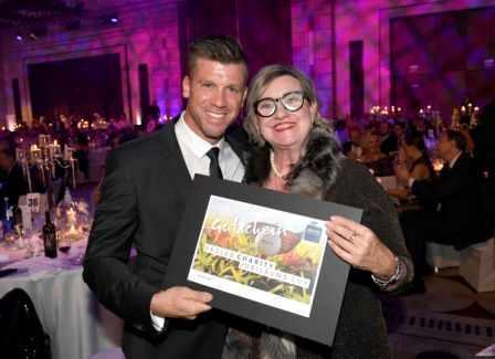 Birgit Borreck gratuliert Thomas Rupprath zum Hauptpreis