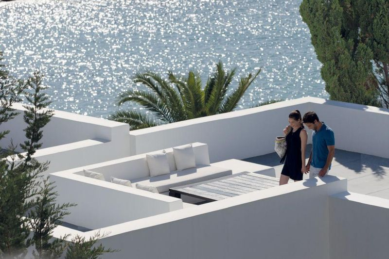 Das Designhotel Almyra liegt direkt am Meer an der Südwestküste Zyperns