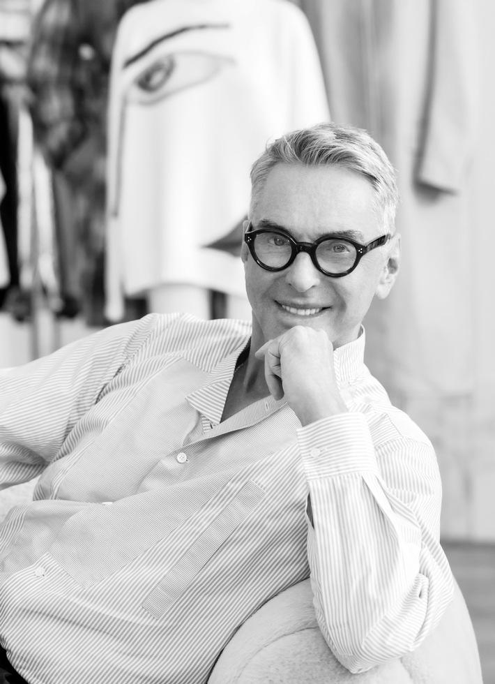 Designer Wolfgang Joop hat gemeinsam mit ALDI Nord und ALDI SÜD Heimtextilien und Wohnaccessoires entworfen, die den eigenen vier Wänden die Eleganz von Stil-Metropolen verleihen.