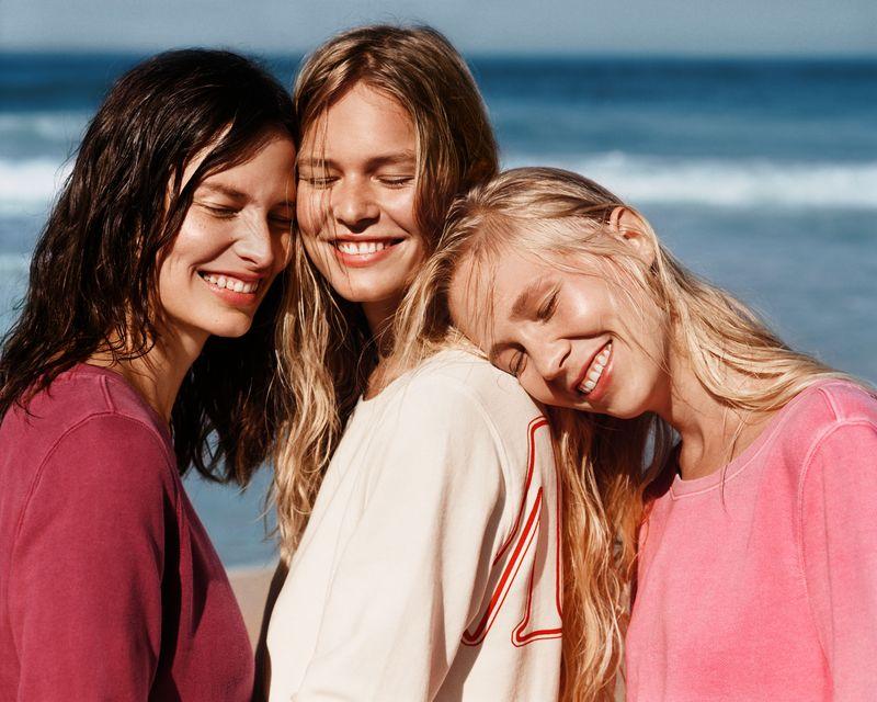 Anna Ewers für MARC O'POLO mit Schwestern vor der Kamera
