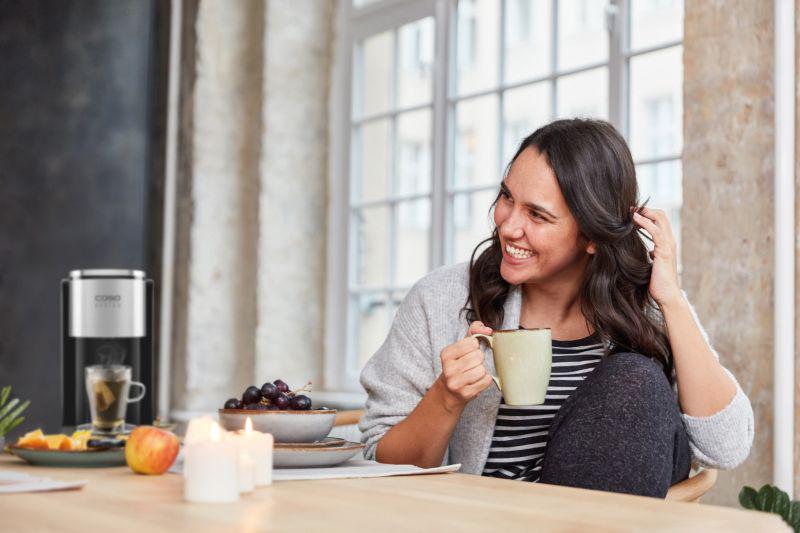 Neben gesunder Ernährung und Sport kann auch grüner Tee beim Abnehmen unterstützen.