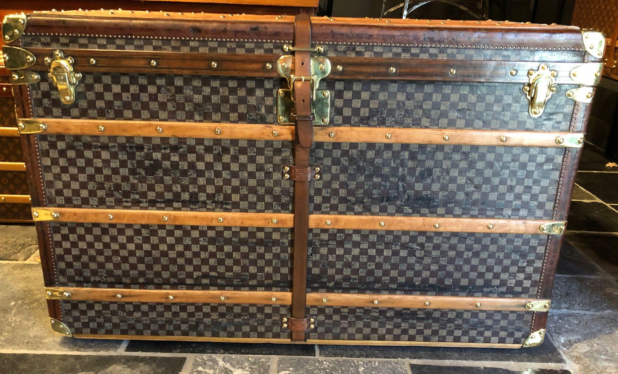 Grosse antike Reisetruhe von Louis Vuitton 110 Damier Schachbrettmuster. Nur die allerwenigsten Dachbodenfunde haben das Potential nach 6-10 Wochen mühevoller Kleinarbeit so auszusehen.