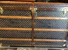 Grosse antike Reisetruhe von Louis Vuitton 110 Damier Schachbrettmuster