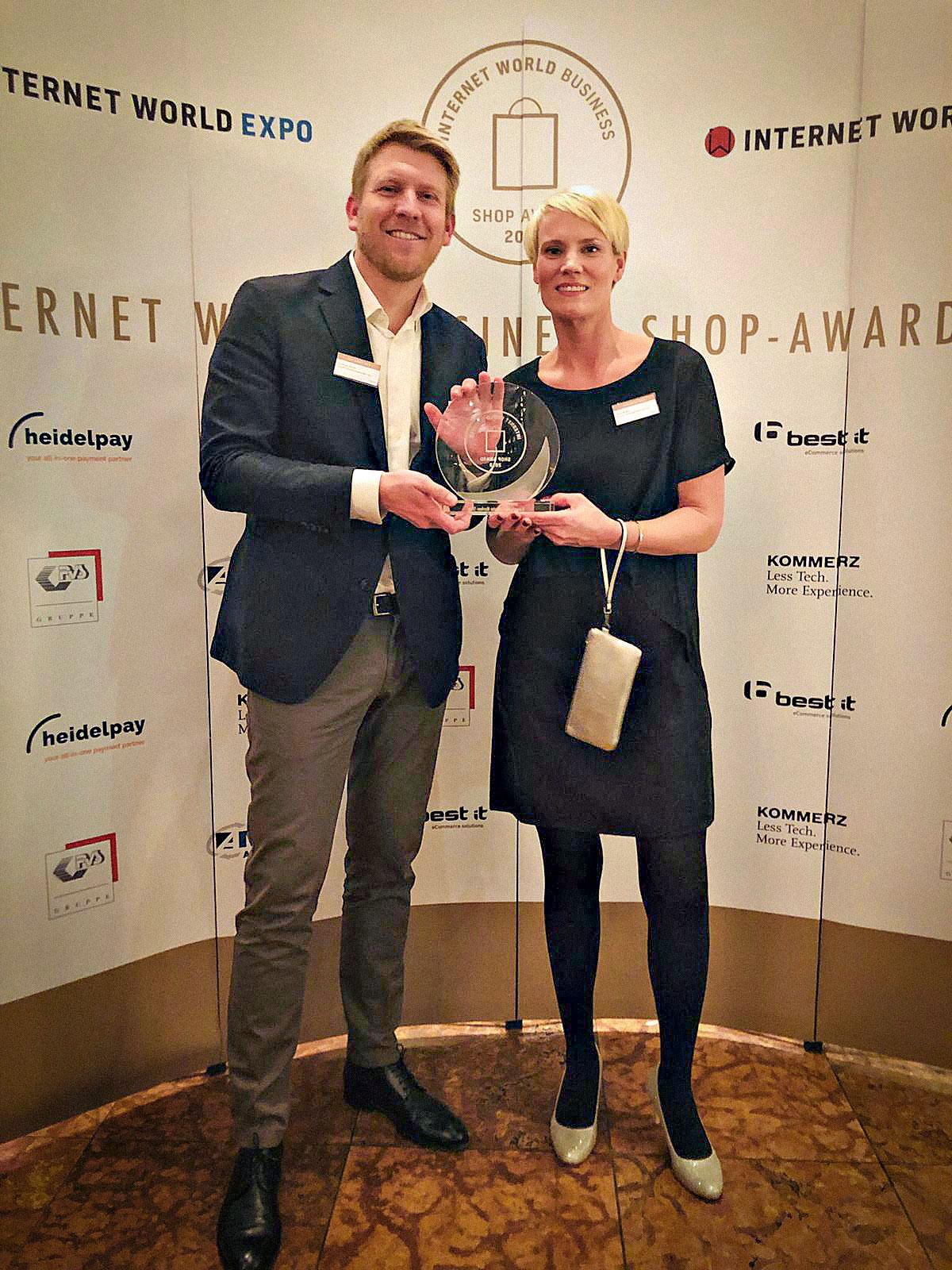 """Dominik Sibum (Teamleiter User Experience bei Bonprix) und Nina Moths (Abteilungsleiterin Digital Content Marketing bei Bonprix) nehmen die Auszeichnung als """"Bester Markenshop"""" beim Internet World Business Shop-Award 2019 entgegen"""