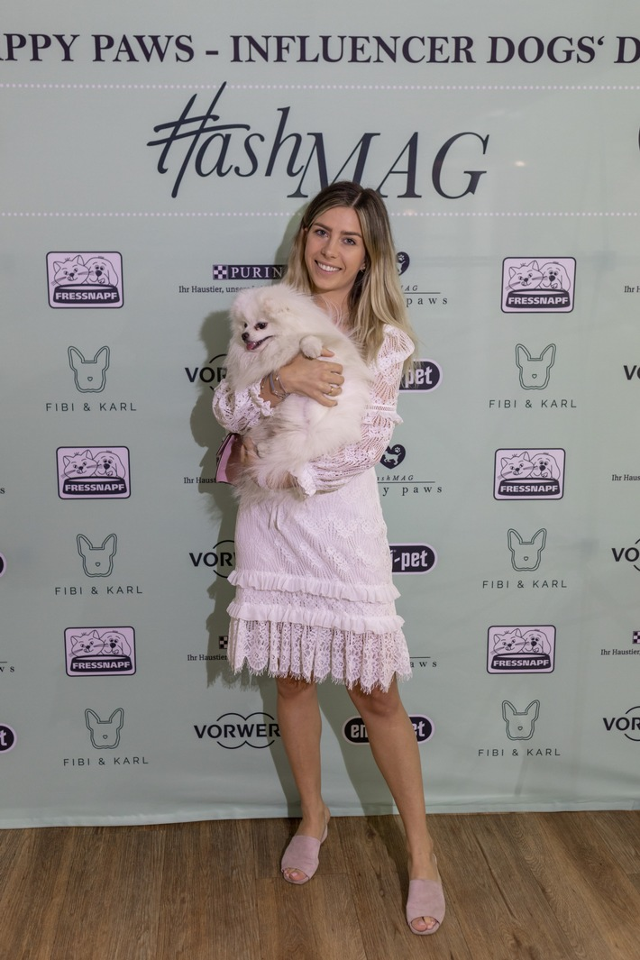 Influencerin Luisa Lion mit Hund Leo auf erstem HashMAG Influencer Dogs' Day.