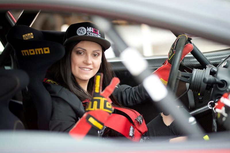 Rennfahrerinnen aus ganz Europa präsentieren die neue Modelinie
