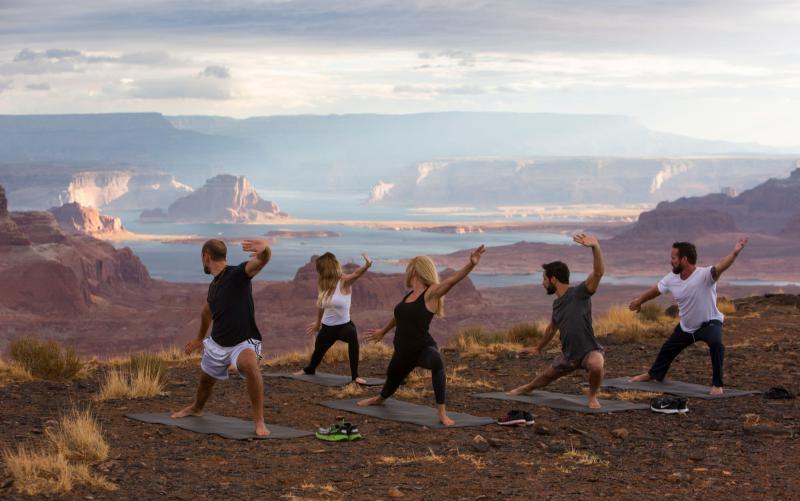Yoga vor atemberaubendem Panorama: Gäste des Amangiri in Utah auf dem Tower Butte