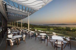 Bay Clubhouse Terrasse © Costa Navarino