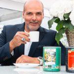 Sänger Jay Alexander trinkt Pompöös Kaffee