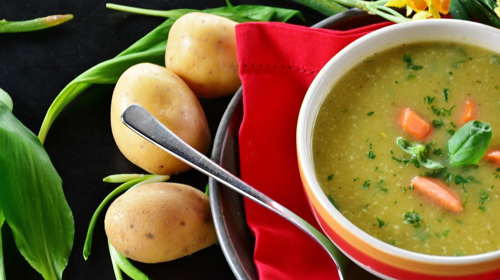 Auch wenn der Kürbis mega im Trend ist, tuts auch die gute alte Kartoffelsuppe