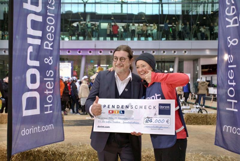 Dorint Chef Dirk Iserlohe zeigt den spontan auf 100.000 € aufgerundeten Scheck