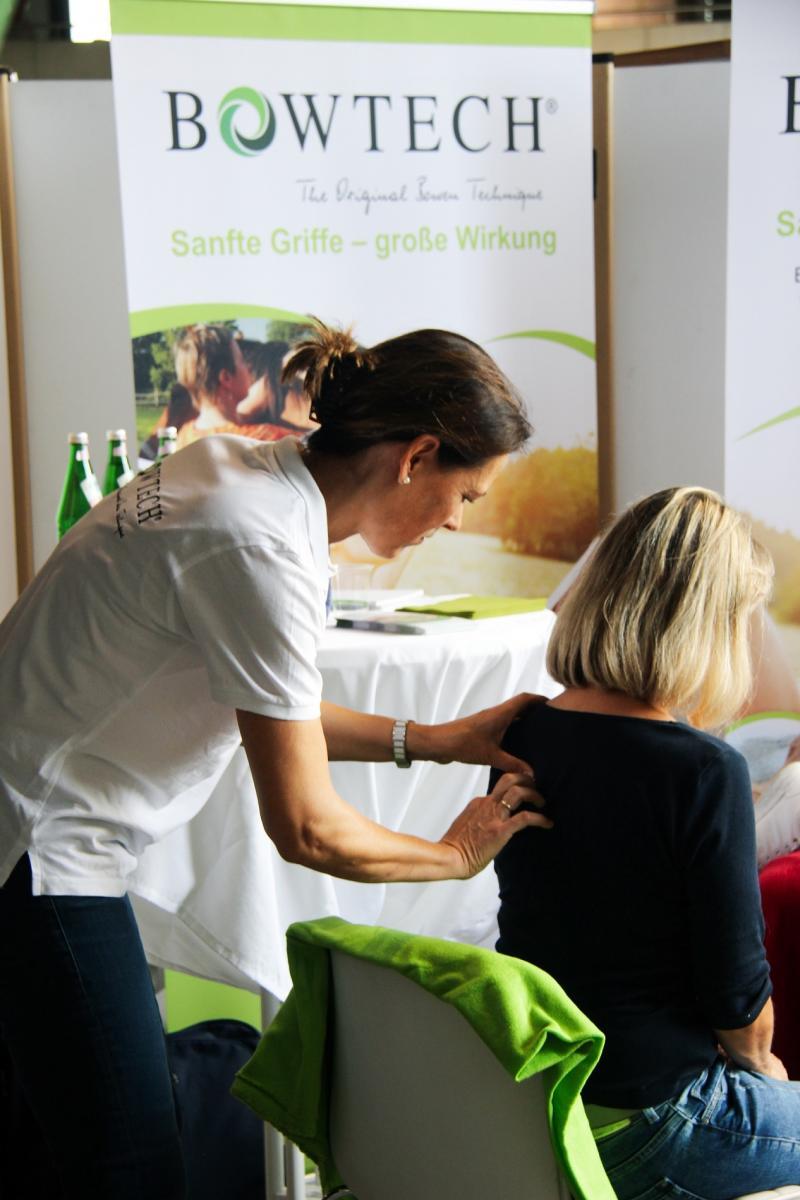 Sanfte Griffe, große Wirkung: Bowen Technik live, hier auf der fairgoods Messe in Köln