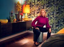 Barbara Schöneberger vor einem ihrer 35 neuen Tapetenmotive der BARBARA Home Collection