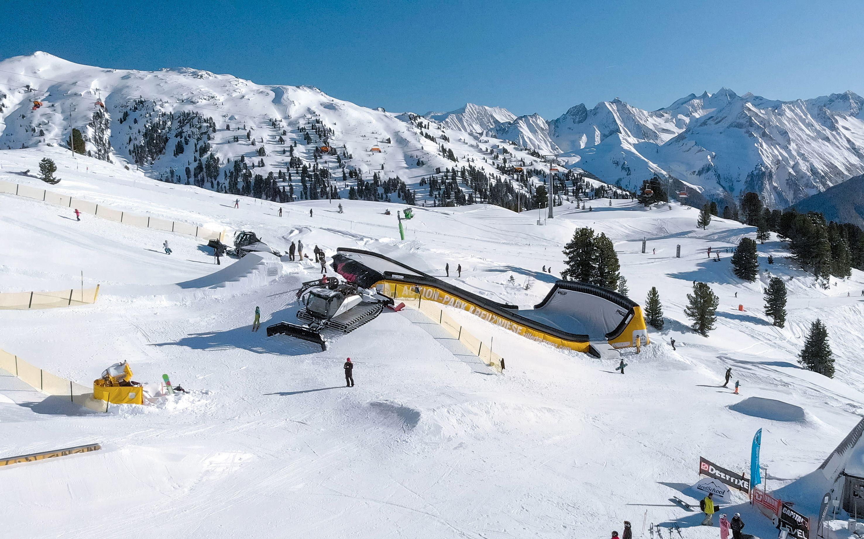 Die Zillertal Arena – das größte Skigebiet des Zillertals – bietet ab sofort als einziges Skigebiet weltweit einen permanenten Landingbag (ein riesiges Luftkissen) für Jedermann, der im Winter mit echten Schneeabsprüngen benutzt werden kann. Das Angebot ist für alle Zillertal Arena Gäste kostenlos!