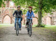 Radler entdecken die von Romantikern verherrlichte Klosterruine Eldena in Greifswald (TMV/Krauss)