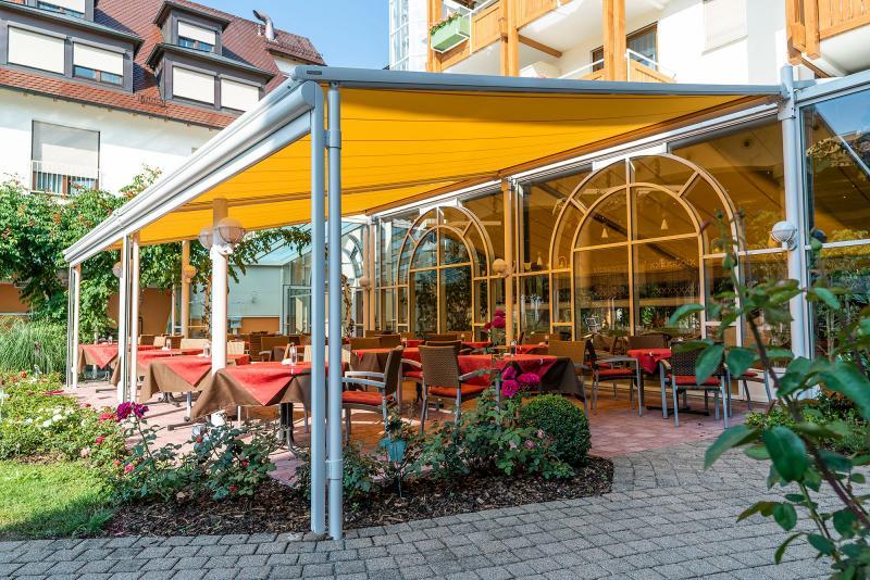 Die markilux 'pergola' ist ein in der Gastronomie individuell einsetzbarer Sonnenschutz.