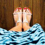 Antike Schuhfashion an den Füßen der Menschen im Jahr 2020