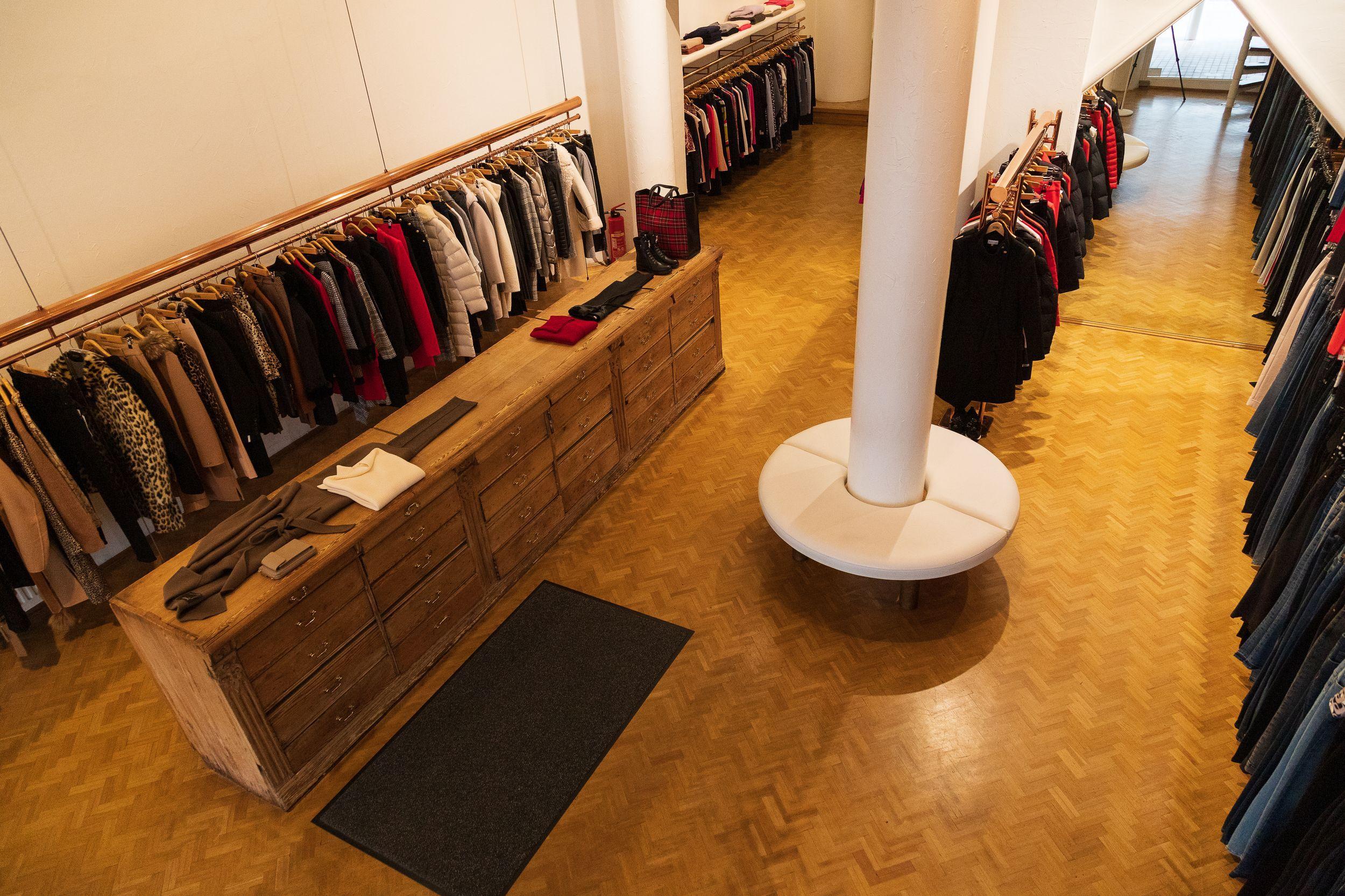 """Das Modehaus Sellnau in Lüneburg ist weit über die Grenzen der norddeutschen Stadt hinaus für hochwertige Mode bekannt. Kein Wunder – seit über 30 Jahren ist der Store mit seinem Standort in der beliebten Bardowicker Straße die erste Anlaufstelle in der Region, wenn Ladys die aktuellen sowie angesagten Fashion-Trends suchen. Seit dem 15. September 2020 ist das Geschäft nun in neuen Händen. Die ehemalige Gründerin und Inhaberin geht in den Ruhestand – und macht den Weg frei für neue Fashionistas. Ab jetzt leitet die ausgewiesene Mode-Expertin Sandra Fries das Tagesgeschäft vor Ort. Mit ihrer Expertise sowie dem Gespür für Trends möchte sie zukünftig auch junge Designerlabel im etablierten Store anbieten. """"Unser Sortiment besteht nach wie vor in erster Linie aus den bekannten Luxus- und Premiummarken, allerdings ergänzen wir das Angebot zukünftig ebenfalls durch neue sowie jüngere Brands. Somit wird das bestehende Geschäft beim Warenangebot soft ausgebaut"""", sagt sie. Kundinnen können ab jetzt neben den etablierten Designern wie Versace, Missoni, Patrizia Pepe und Diane von Fürstenberg also ebenfalls angesagte It-Teile entdecken, die auf den Fashion-Shows in Mailand, Paris und New York international für Trends sorgten. Online ist Katharina Bakrac für den Auftritt von Sellnau verantwortlich, die den Store im Internet und in Social Media bundesweit bekannter machen soll. Katharina Bakrac ist die Tochter von Sabia Boulahrouz und als Celebrity-Kid seit Jahren bestens mit den Looks der internationalen Laufstege vertraut. Als Gesellschafter der Sellnau Warenhandels GmbH sind mit Sandra Fries, Katharina Bakrac und dem Sohn der ehemaligen Inhaberin, Star-DJ Andreas Quick, kompetente Kaufleute und Mode-Experten aktiv, die das Thema Fashion nicht nur geschäftlich, sondern auch privat leben – und lieben. Sellnau Mode bietet im Store in Lüneburg seit über 30 Jahren angesagte Fashion an, unter anderem von Versace, Missoni, Patrizia Pepe, Diane von Fürstenberg, Iheart, Liu Jo, Nikki"""