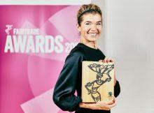 Schauspielerin Anke Engelke hält einen der begehrten Preise in den Händen