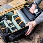 Fotoausrüstung und Drohne in einem Rucksack transportieren