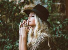 Kopfbedeckungen und Schmuck sind ideal zum Abrunden des Styles