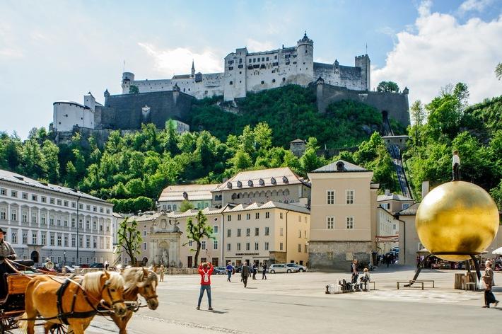 Sehenswürdigkeiten Salzburg, Kapitelplatz mit Blick auf Festung Hohensalzburg